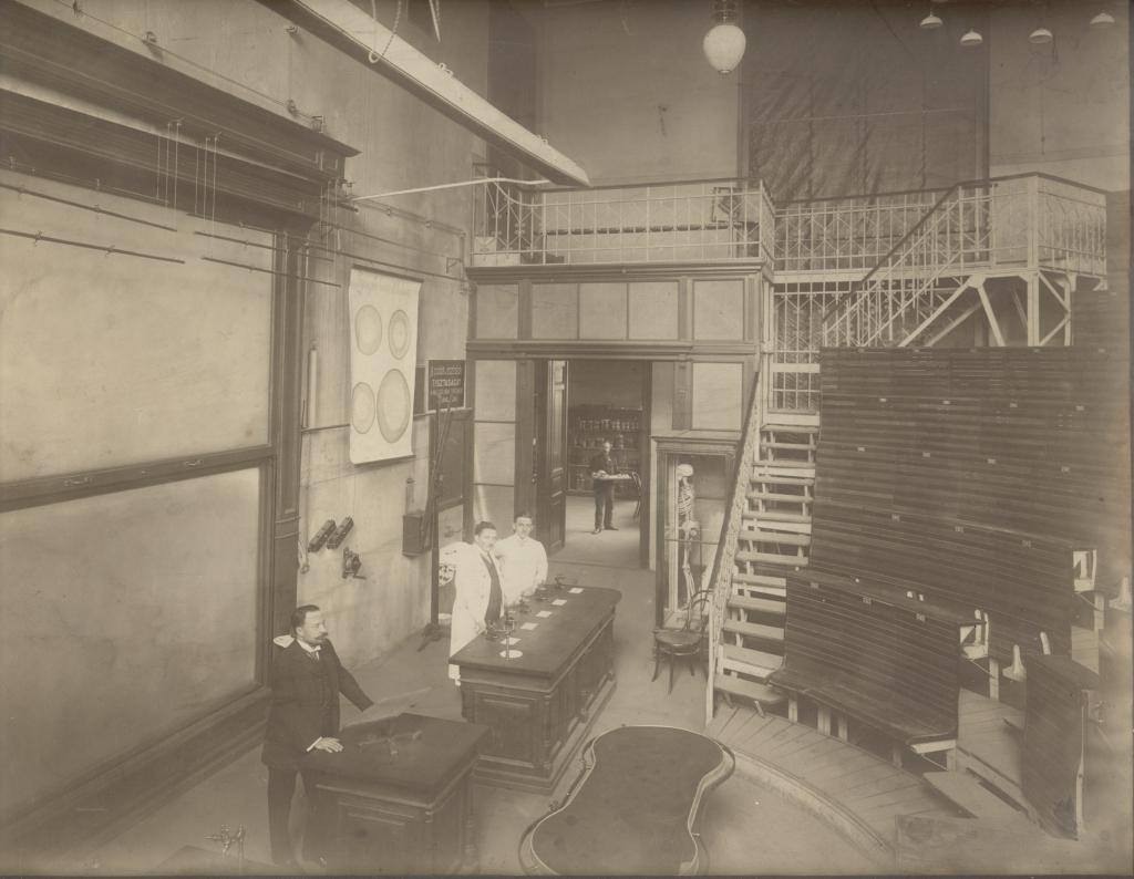 Unser Hörsaal (1909): Professor Mihály Lenhossék und Dr. László Nagy (aus der Fotosammlung von Prof. Réthelyi)