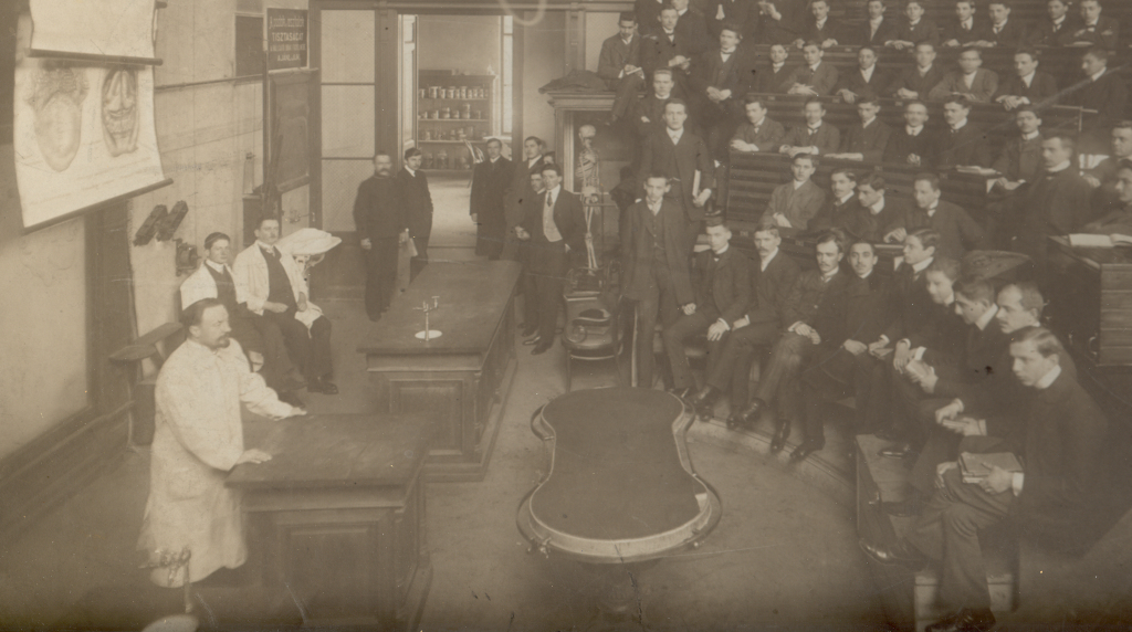 Lenhossék Mihály tantermi előadása, 1909 (Réthelyi prof. gyűjteményéből)