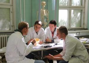 Studenten im Seziersaal