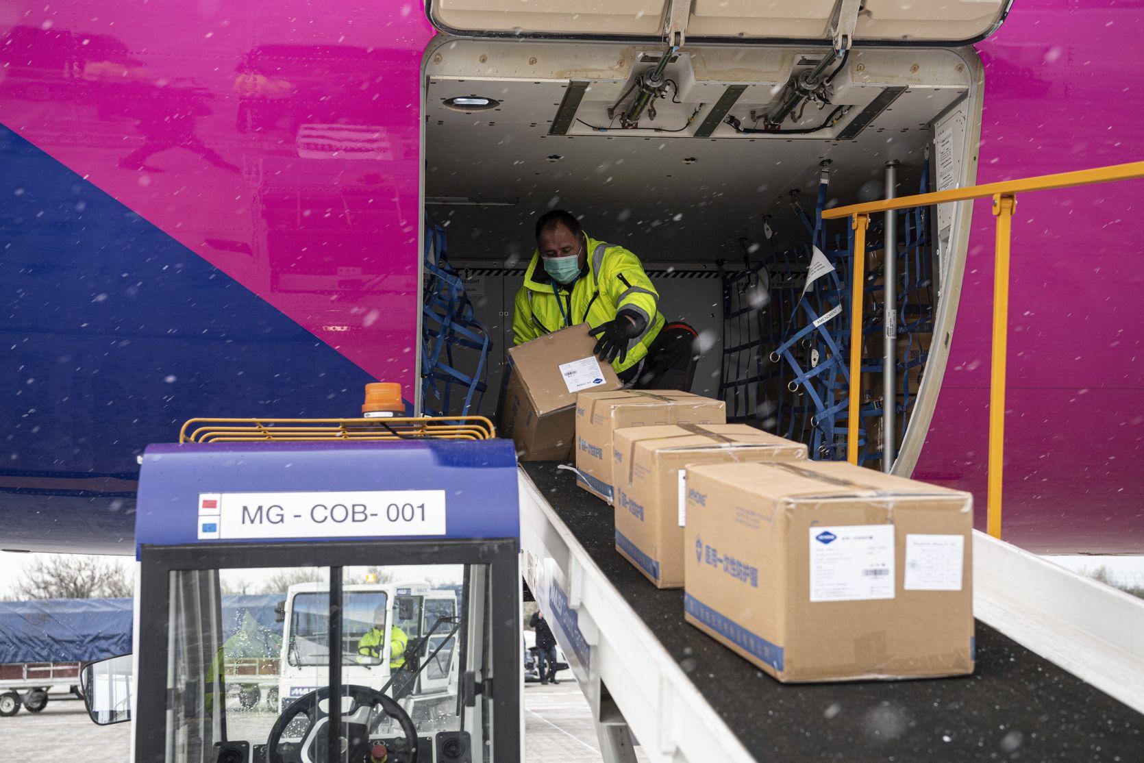 Budapest, 2020. március 23. Kipakolják a Wizz Air Sanghajból érkezett repülõgépének szállítmányát a Liszt Ferenc-repülõtéren 2020. március 23-án. A gép a koronavírus elleni védekezéshez használható védõruhából harmincezret, orvosi védõmaszkból nyolcvankétezret hozott. MTI/Szigetváry Zsolt