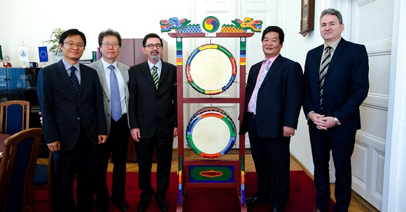 Semmelweis University received traditional Korean drums
