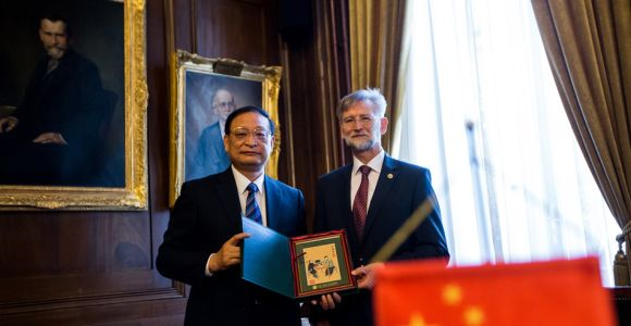 Wang Guoqiang Chinese Vice-Minister has been awarded Pro Universitate