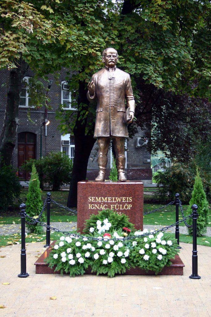 The bronze statue of Ignác Semmelweis at the university (László Szilasi, 2004)