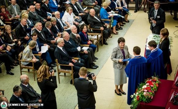Aranydiplomákat adtak át a Fogorvostudományi Karon
