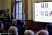 Kapcsolódva az UNESCO – az Egyesült Nemzetek Szervezetének Nevelésügyi, Tudományos és Kulturális Szervezete – alapításának 70. évfordulójához, három el?adásban történt megemlékezés Julian Huxley, zoológus professzorról, az UNESCO els? f?igazgatójáról, testvérér?l, Aldous Huxley világhír? íróról, a Szép új világ szerz?jér?l, valamint féltestvérükr?l, Andrew Huxley Nobel-díjas élettan professzorról, az izomm?ködés felismer?jér?l. A Huxley ?sök vonala Charles Darwin felé vezet, anyai ágon Thomas Arnold a rugby-t elindító iskola alapító-igazgatója volt.