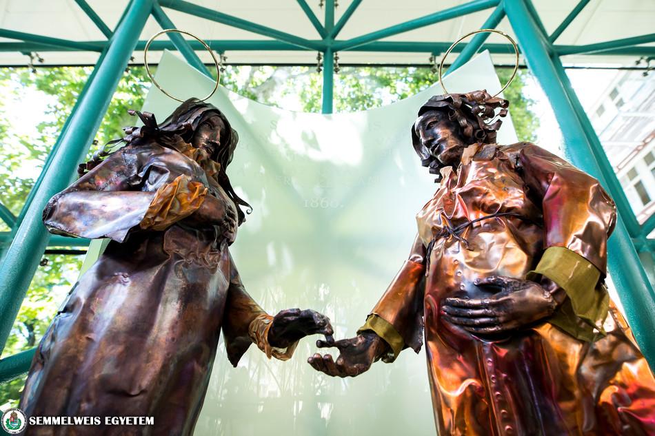 2018.06.30. Leleplezték Semmelweis Ignác emlékére készített szoborcsoportot a Korányi Betegellátó Épület aulájában.