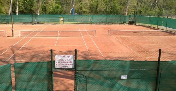 A teniszpálya  időjárás függvényében tart nyitva kb. október végéig.  Játék előtt érdeklődjenek a 06 20 825 06 66 telefonszámon
