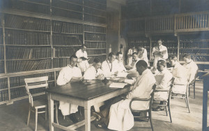 Az Urológia Klinikai könyvtár elődje a III. számú Belklinika könyvtára. A felvétel 1922-ben készült.