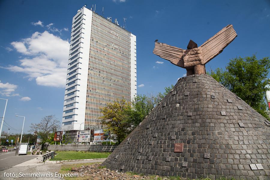 Nagyvárad téri Elméleti Tömb - előtérben Pierre Székely a Békegalamb c. szobra