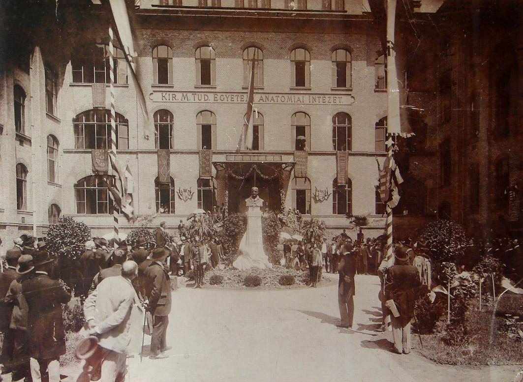 Mihálkovics Géza szobrának avatása 1901 júliusában az Anatómiai Tömb udvarán