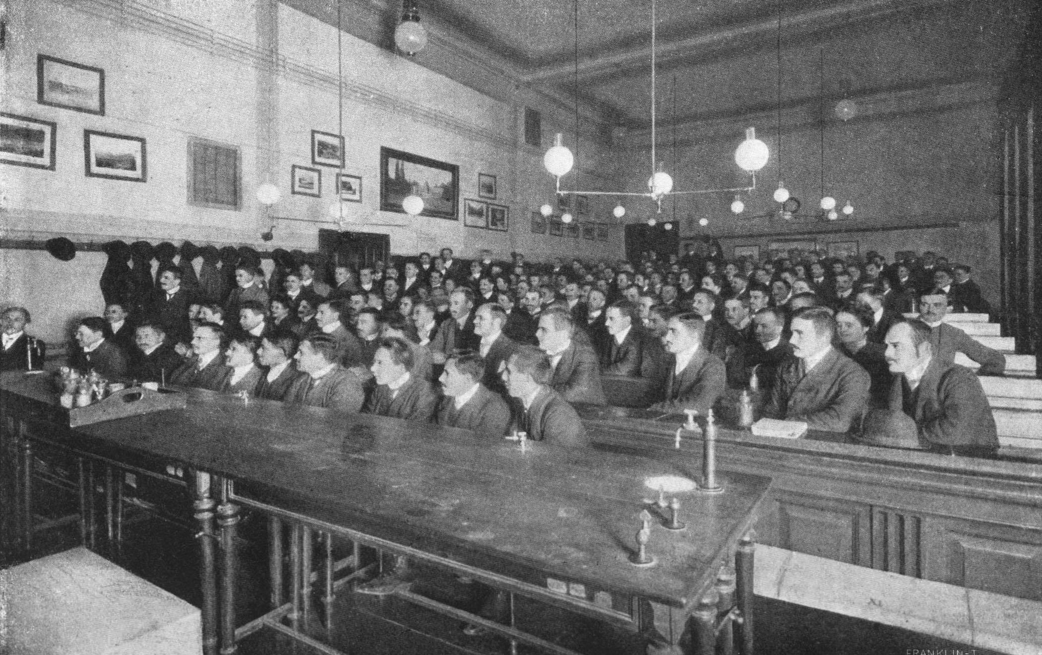 Előadás a Gyógyszertani Intézetben 1909-ben